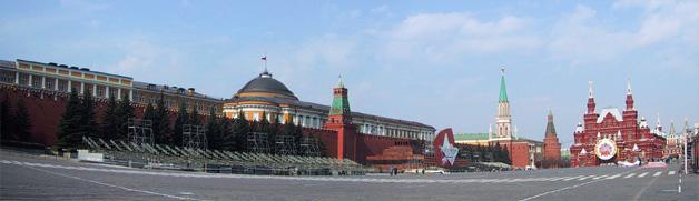 Der Rote Platz mit Kremel Mauer und Lenin Mausoleum. Die Vorbereitungen für die Feiern vom 8. Mai sind voll im Gange.